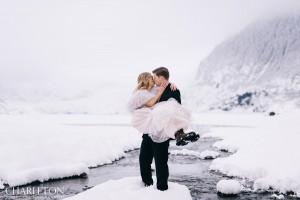 wedding couple photos in the snow